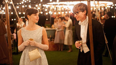 Felicity Jonesová a Eddie Redmayne jako Stephen Hawking ve filmu The Theory of Everything (Teorie všeho)