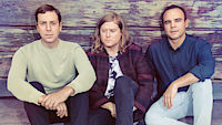 Future Islands, zleva Gerrit Welmers (klávesy), William Cashion (baskytara) a Samuel Herring (zpěv)