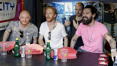 Biffy Clyro uspořádali na festivalu Rock For Pople autogramiádu.