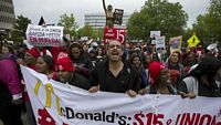 Demonstrace u budovy ústředí McDonald's v Oak Brook, Illinois nedaleko Chicaga