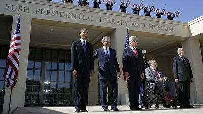 Prezidenti USA Barack Obama, George W. Bush, Bill Clinton, George H. W. Bush a Jimmy Carter v Dallasu (zleva doprava).