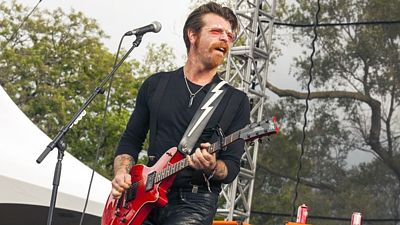 Zpěvák skupiny Eagles of Death Metal Jesse Hughes