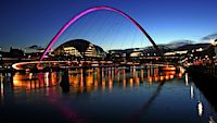 Dominantou Newcastlu je most Tyne Bridge.
