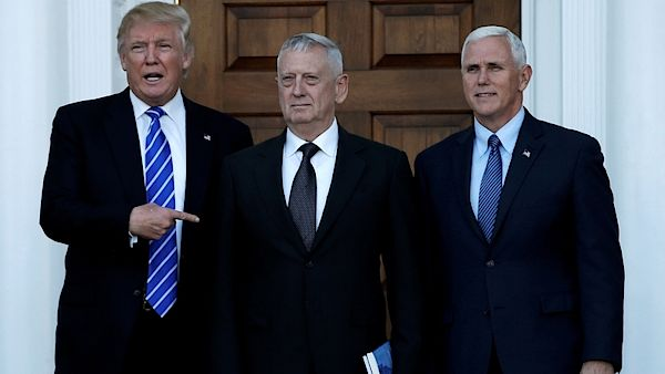 Donald Trump (vlevo), James Mattis a Mike Pence (vpravo)