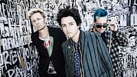 Green Day, zleva Mike Dirnt (baskytara), Billie Joe Armstrong (zpěv, kytara) a Tré Cool (bicí).