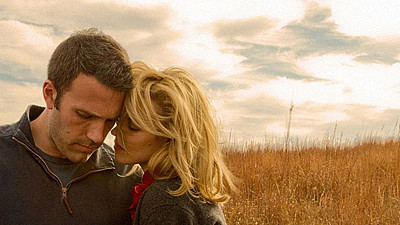 Ben Affleck a Rachel McAdamsová ve filmu To the Wonder