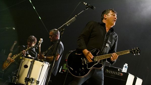 Greg Dulli (vpravo) při koncertu The Afghan Whigs na Rock for People 2014