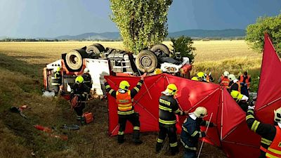 In the accident the commander died, another fireman who struggled to live.