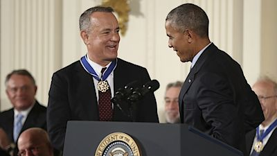 Tom Hanks s medailí od Baracka Obamy