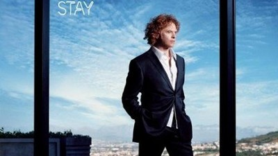 Zpěvák Simply Red na albu Stay