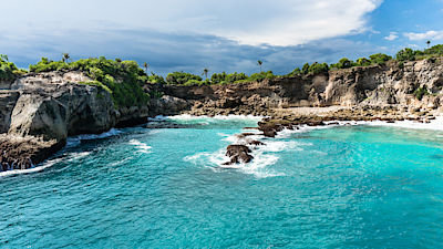 Blue lagoon with transparent water surrounded by the cliff. Nusa Ceningan, Bali, Indonesia