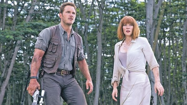 Chris Pratt a Bryce Dallas Howardová proti dinosaurům.