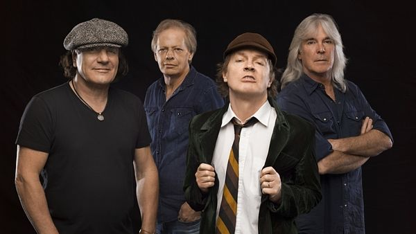 AC/DC, zleva Brian Johnson (zpěv), Steve Young (kytara), Angus Young (kytara) a Cliff Williams (baskytara).