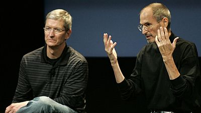 Tim Cook (vlevo) a Steve Jobs