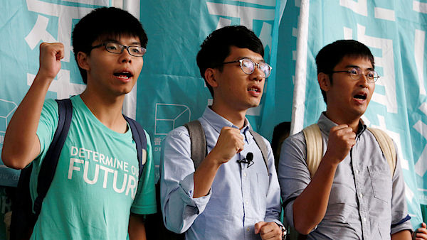 Zleva Joshua Wong, Nathan Law a Alex Chow