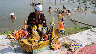 HAI DUONG, Vietnam, September 18, 2016 the woman, preparing water puppetry, memorial general Tran Hung Dao, relic Con Son, Kiep Bac, Hai Duong, Vietnam