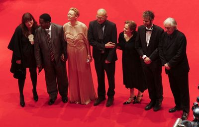 Porota 59. ročníku Berlinale. Zleva: Isabela Coixetová, Gaston Kabore, Tilda Swintonová, Wayne Wang, Alice Watersová, Christoph Schlingensief a Henning Mankell