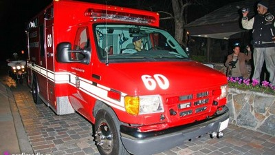 Ambulance eskortuje Britney Spearsovou do nemocnice.
