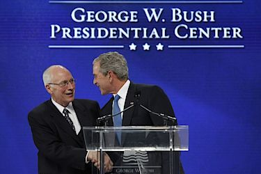 Dick Cheney a George W. Bush v roce 2010