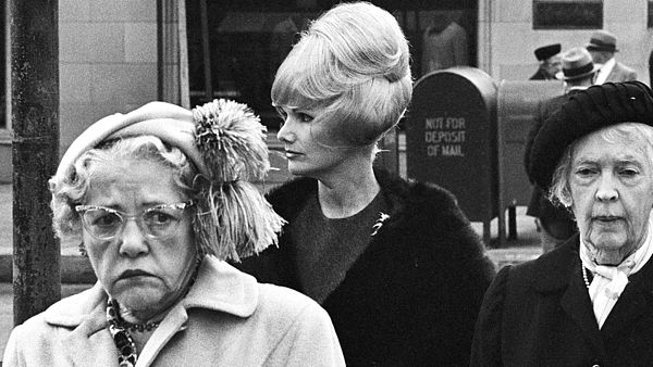 Thomas Hoepker a jeho Amerika šedesátých let (Ladies in downtown San Francisco, California, 1963 © T. Hoepker/MAGNUM Photos)