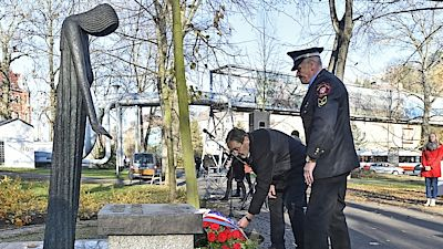 Deputy Mayor Jiří Madar (left) and deputy director of the Municipal Police, Jan Novotný, laid flowers on the statue of the victims of communism Olbram Zoubek in the Ústí nad Labem Municipal Settlements.