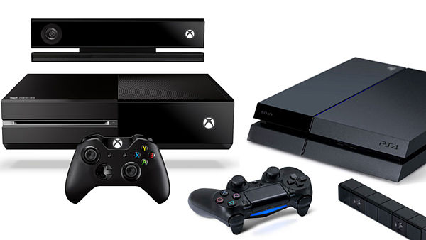 Xbox One (vlevo) a PlayStation 4