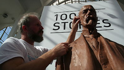 Sculptor Ladislav Jezbera completes a similar picture of TG Masaryk, which was made by robot Kuka before the engineering fair. Sieber gives details about the details.