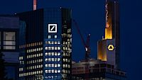 Budovy Deutsche Bank a Commerzbank ve Frankfurtu