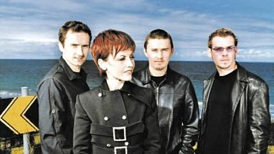 The Cranberries, zleva Noel Hogan (kytara), Dolores O'Riordan (zpěv), Mike Hogan (baskytara) a Fergal Lawler (bicí).