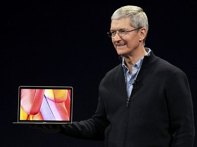 Tim Cook ukazuje nový MacBook