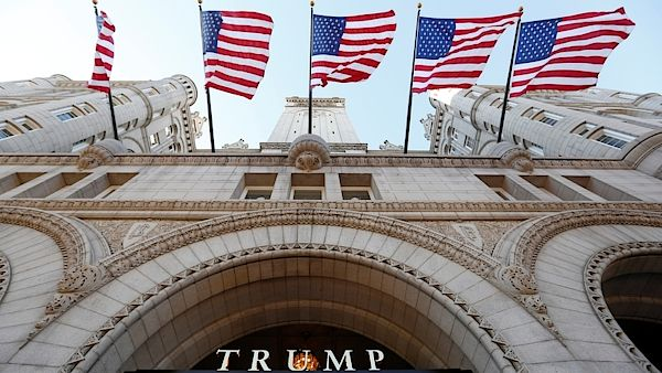 Vlajky USA nad vchodem do Trump International Hotelu ve Washingtonu