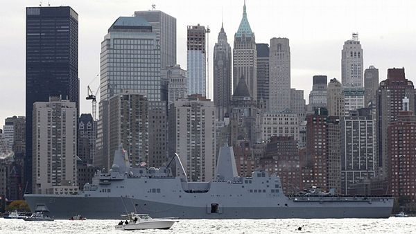Loď USS New York v blízkosti Ground Zero